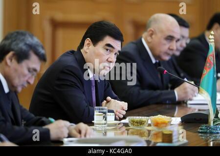 Ashgabat, Turkmenistan. 2nd Oct, 2017. Turkmenistan's President Gurbanguly Berdimuhamedow (C) attends Russian-Turkmen - Stock Photo