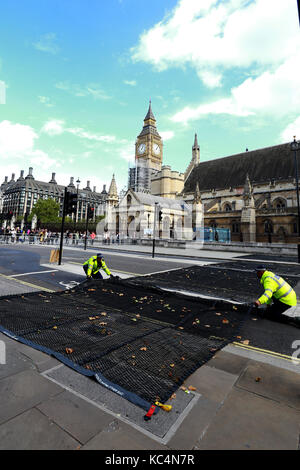 London, UK. 02nd Oct, 2017. Police officers arrange anti-attack steel-spiked road mats that were put in place outside - Stock Photo