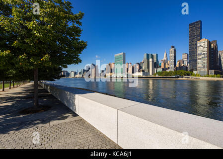 Summer view of Manhattan Midtown East from Roosevelt Island (Franklin D. Rosevelt Four Freedoms Park). New York - Stock Photo