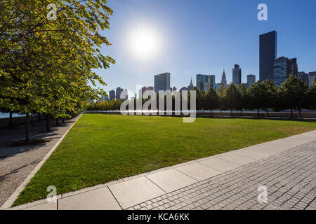 Summer view of Franklin D. Rosevelt Four Freedoms Park lawn with Manhattan Midtown East. Roosevelt Island, New York - Stock Photo