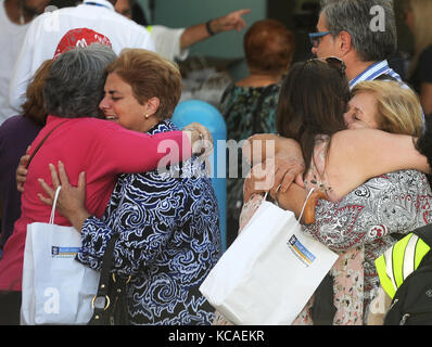 Fort Lauderdale, Florida, USA. 03rd Oct, 2017. Victims of Hurricane Maria embrace with family members at Port Everglades - Stock Photo