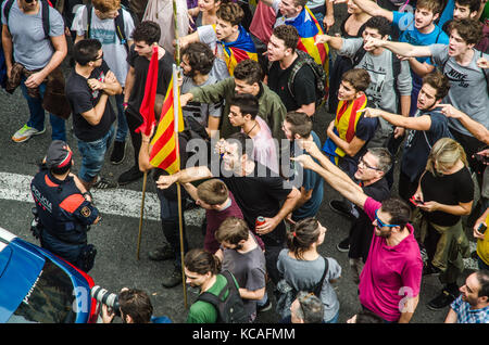 Barcelona, Spain. 3rd Oct, 2017. Protesters seen confronting with the police. Continuous demonstrations are still - Stock Photo