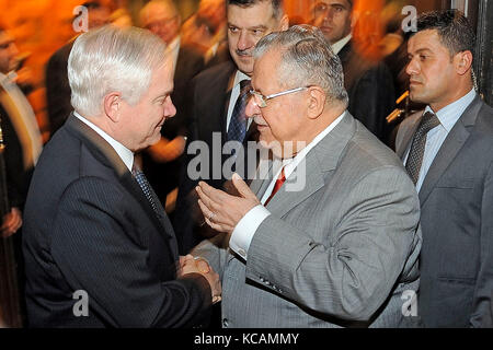 United States Defense Secretary Robert M. Gates, left, talks with President Jalal Talabani of Iraq at the Presidency - Stock Photo