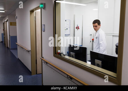 Holzminden, Germany. 20th Sep, 2017. The young doctor Kyril Halavach can be seen at work in Holzminden, Germany, - Stock Photo