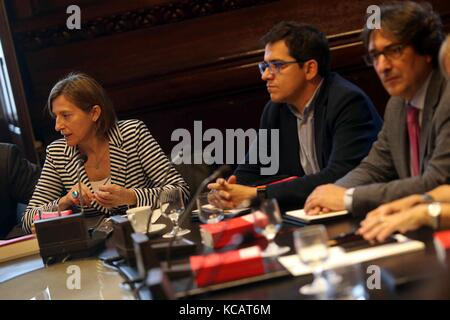 Barcelona, Spain.4th October, 2017. Catalan Parliament's Speaker, Carme Forcadell (L), chairs a meeting of the regional - Stock Photo