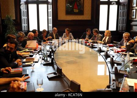Barcelona, Spain.4th October, 2017. Catalan Parliament's Speaker, Carme Forcadell (C), chairs a meeting of the regional - Stock Photo