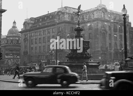 1956, historical picture showing cars and people at the Eros statue at Piccadilly Circus, London, England, UK with - Stock Photo