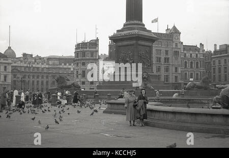 1944, historical picture, during WW2, some visitors to the famous Trafalgar Square in Central London, England, UK - Stock Photo