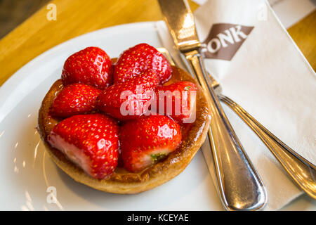 Strawberry and custard tart, Bäckerei- Konditorei Fonk, St. Vith, Ostbelgien (Cantons de l'Est), Belgium - Stock Photo