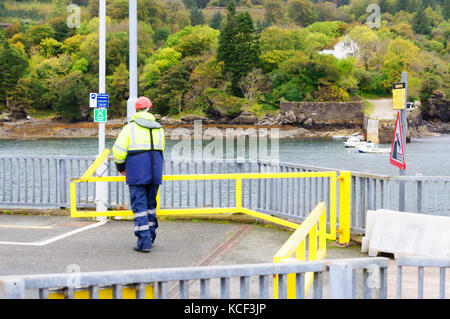 Isle of Skye, Scotland, UK. 4th October, 2017. UK Weather:  A Calmac ferryman on duty at Armadale Pier on a cold - Stock Photo