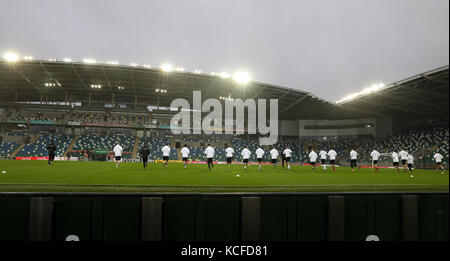 Belfast, Northern Ireland. 4th Oct, 2017. The team warms up during the final training of the German national soccer - Stock Photo