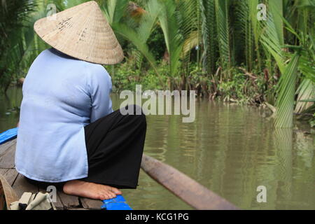 Frau auf Boot beim Rudern in Vietnam - Woman on boat while rowing in Vietnam - Stock Photo