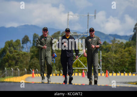 U.S. Air Force Capt. John Waters, a fighter pilot, left, Tech Sgt. Kam Glowacki, the NCOIC, middle, and Capt. Kent - Stock Photo