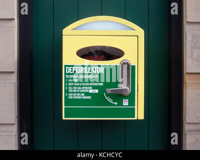 Wall mounted Defibrillator Cabinet with instructions, located in town centre - Stock Photo