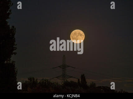 London, UK. 5th Oct, 2017. UK Weather. Waning Gibbous Harvest Moon, the first full moon rising closest to the autumn - Stock Photo