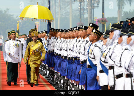 Bandar Seri Begawan, Brunei. 5th Oct, 2017. Brunei's Sultan Haji Hassanal Bolkiah (L, Front) inspects the guard - Stock Photo