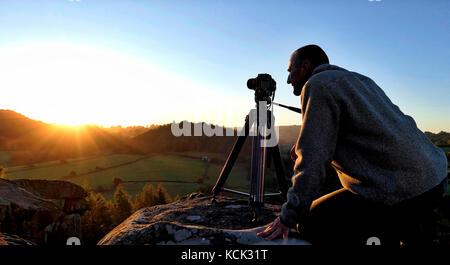 Elton, Derbyshire, UK. 6th Oct, 2017. UK Weather: photographer Doug Blane shooting the wonderful sunrise from the - Stock Photo