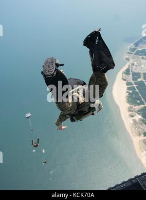 U.S. Navy sailors jump out of a U.S. Army CH-47 Chinook helicopter during free-fall training July 13, 2017 over - Stock Photo