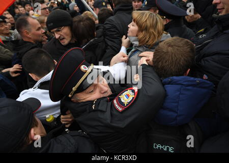 Yekaterinburg, Russia. 7th Oct, 2017. Policemen detain participants in an unauthorized rally in support of opposition - Stock Photo