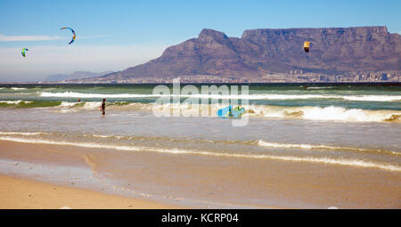 Kitesurfer at Bloubergstrand with a view of the Tafelberg - Stock Photo