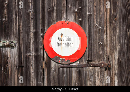 Prohibitory sign in german. Ausfahrt freihalten (keep exit clear). Old sign on a wooden door - Stock Photo