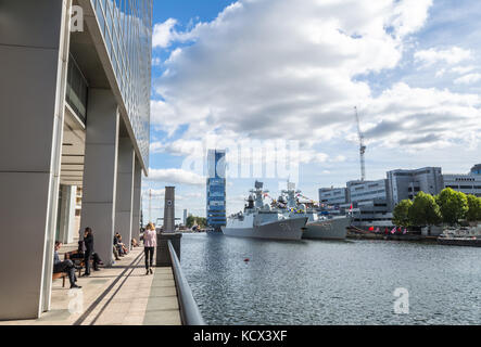 Office workers at lunch as two Chinese warships, the Huanggang and the Yangzhou, anchor in the West India Docks - Stock Photo