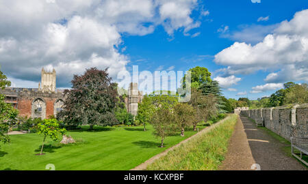 WELLS SOMERSET ENGLAND THE BISHOPS PALACE  GARDENS  WITH  CATHEDRAL TOWER BEHIND THE RUINED GREAT HALL A VIEW FROM - Stock Photo