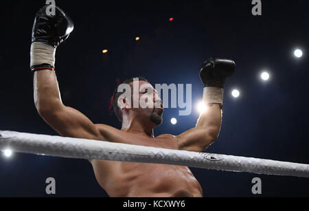 Stuttgart, Germany. 7th Oct, 2017. Firat Arslan celebrates his victory in the professional boxing match between - Stock Photo