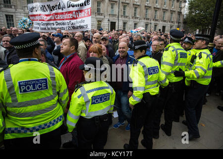 London, UK. 7th October, 2017. Supporters of the Football Lads Alliance (FLA) move past anti-racist campaigners - Stock Photo