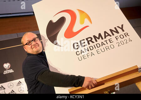 Mainz, Germany. 7th Oct, 2017. A German Football Association (DFB) employee with a sign bearing the logo of Germany's - Stock Photo