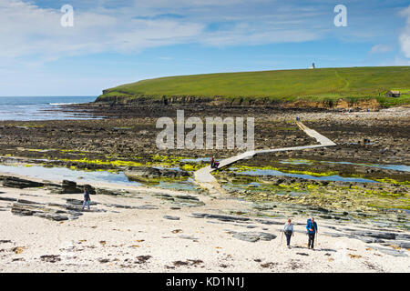 The causeway leading to the tidal island of the Brough of Birsay, Orkney, Scotland, UK. - Stock Photo