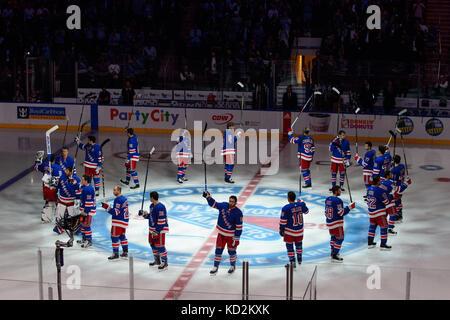 Manhattan, New York, USA. 05th Oct, 2017. The New York Rangers salute the crowd around the logo at center ice prior - Stock Photo