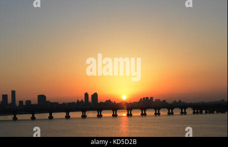 Sunset over the Han river and the Jamsil bridge in Seoul, Korea. - Stock Photo