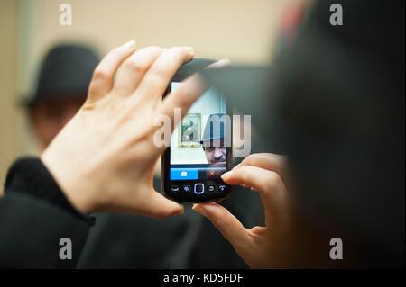 Tout le monde se fait photographier devant la Joconde au Louvre Paris en 2014, 2013. Everybody is making a selfie - Stock Photo