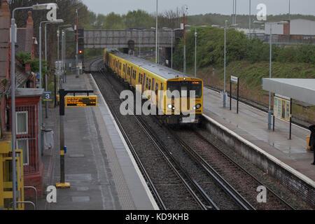 14/04/2017 Birkenhead North railway station. Merseyrail 507031 + 508114 working the 1553 New Brighton - Liverpool - Stock Photo