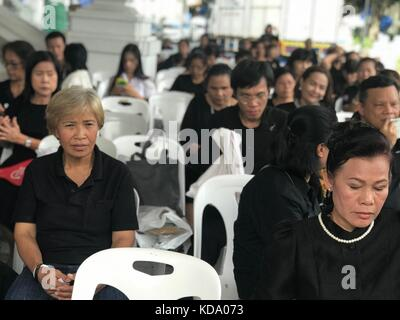 Bangkok, Thailand. 11th Oct, 2017. Mourning Thais commemorate Thailand's deceased King Bhumibol in Bangkok, Thailand, - Stock Photo