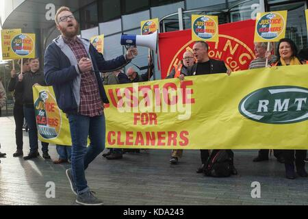 London, UK. 12th Oct, 2017. Tube cleaners and the RMT union protest outside City Hall on the 12th October 2017, - Stock Photo