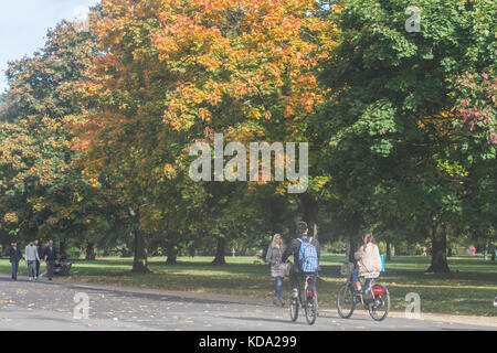 London, UK. 12th Oct, 2017. UK Weather: Londoners enjoy the glorious  autumn sunshine in Kensington Gardens on a - Stock Photo