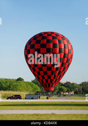 Chase crew tying down hot air balloon - Stock Photo