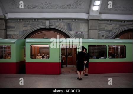 Ce métro profond comme celui de Moscou, est aussi un abri-atomique. Quelques stations aux couleurs de la révolution - Stock Photo