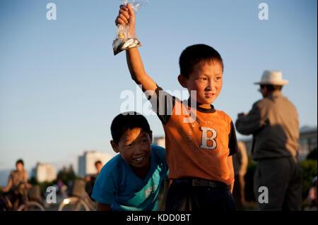 Les enfants sont toujours au rendez-vous lorsque les pêcheurs viennent en fin d'après midi le long du port de Wonsan. - Stock Photo