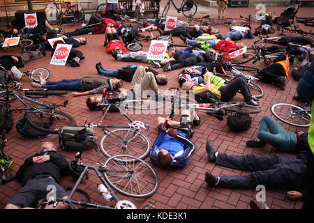 London, UK. 12th Oct, 2017. London group Stop killing cyclists holds 'die-in' protest in front of Kensington and - Stock Photo