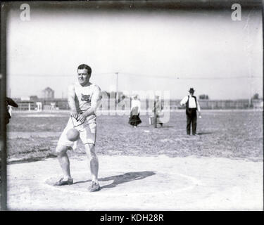 John Flannigan of the Greater New York Irish Athletic Association performing the 56 pound hammer throw at the 1904 - Stock Photo