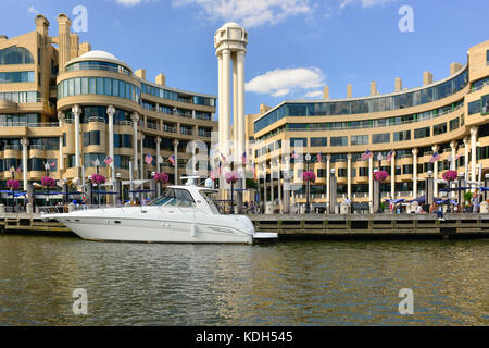 Power boat docked along side the Washington Harbor mixed use development on the banks of the Potomoc  river in Georgetown - Stock Photo