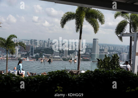 On top of the Marina Bay Sands Hotel, is the world's largest rooftop infinity pool. It offers swimmers a bird's - Stock Photo