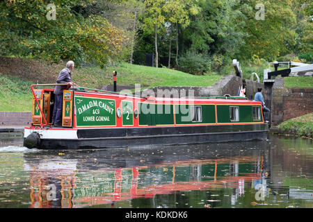 Stourton Junction, Stewponey, Stourton, West Midlands, UK. 14th October, 2017. Autumn weather as a canal boat passes - Stock Photo