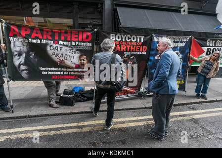 London, UK. 14th September 2017. A pro-Israeli protester tries to talk with protesters from human rights group Inminds - Stock Photo