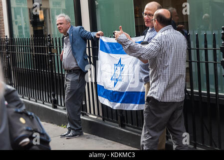 London, UK. 14th September 2017. Pro-Israel protesters with an Israeli flag oppost the human rights group Inminds - Stock Photo