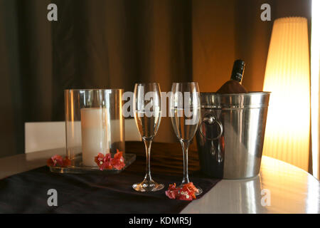 A welcome bottle of prosecco with two glasses on a bed in a tropical resort room. Chatham bay, Union Island, St.Vincent - Stock Photo