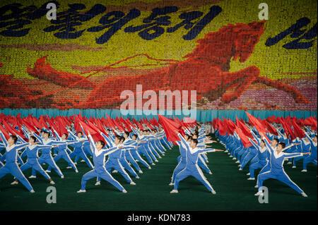 Les plus grandes manifestations Nord coréennes se déroulent dans le plus grand stade du monde. Les Arirangs se déroulent - Stock Photo